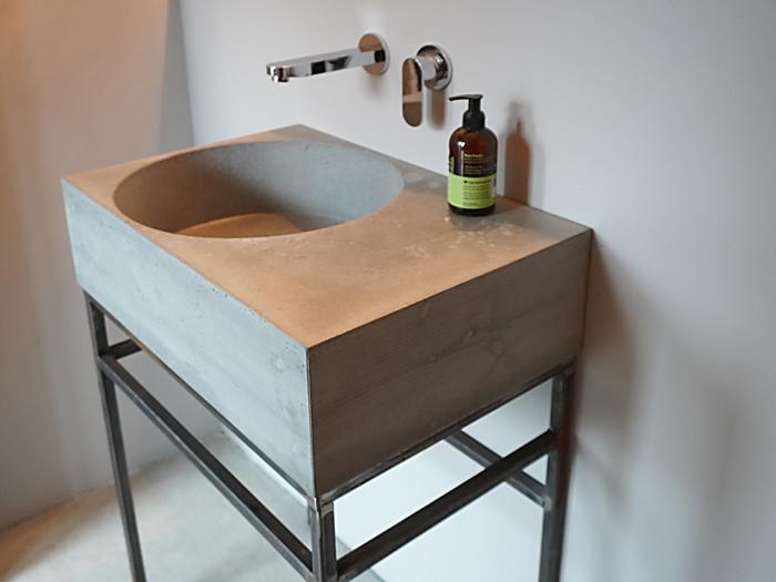 Betonwaschbecken mit Holzmaserung auf Stahlgestellen
